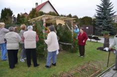 Každoroční stavění betlému před Domem s pečovatelskou službou